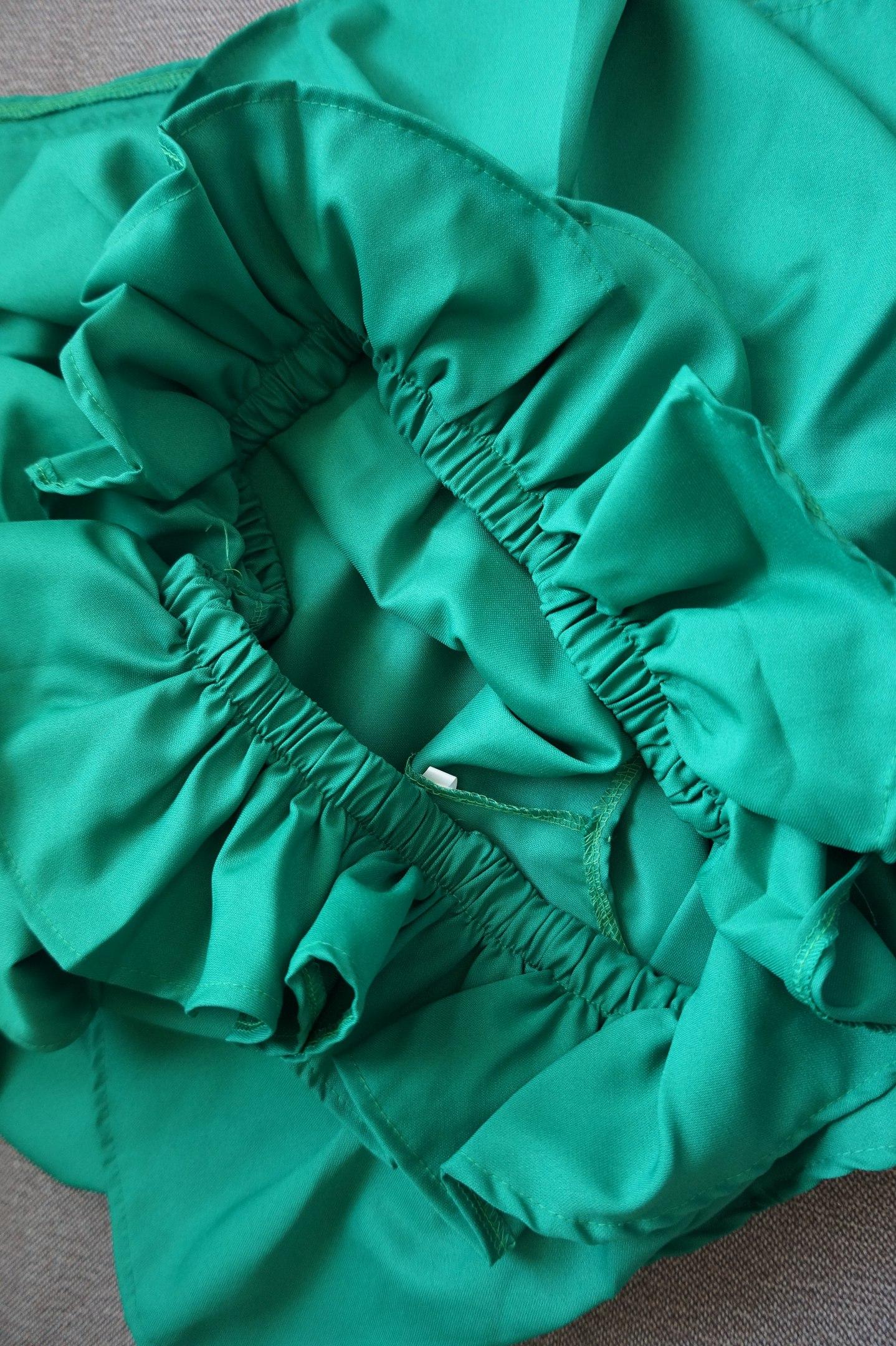 Платье-мешок с объемными рюшами красивого зелного цвета Я ожидала ткань - шифон легкую струящуюся У продавца заявлен пол