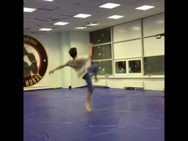 Никита-торнадо! 15 лет. Вертушка. Удар в прыжке. Тайский бокс. Тренер: Валентеенко. СК