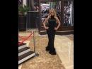 Восхитительная Дарья Пынзарь дефилирует в холле отеля в шикарном чёрном платье