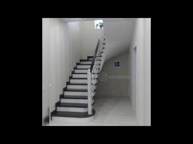 Лестница в интерьере, облицованная деревом