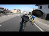 Еврей-тролль, на прогулочном велосипеде, обгоняет профессиональных гонщиков
