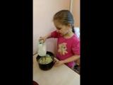 маня делает тесто..
