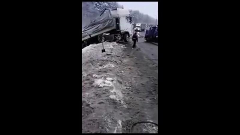 В частный грузовой эвакуатор врезалась ФУРА в натянутый трос от лебёдки.