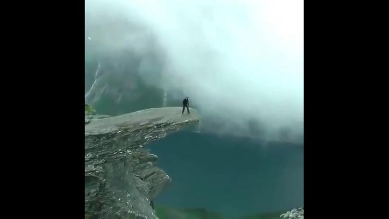 Красивые места Язык Тролля каменный выступ на горе Скьеггедаль расположенной вблизи города Одда в Норвегии возвышающийся на