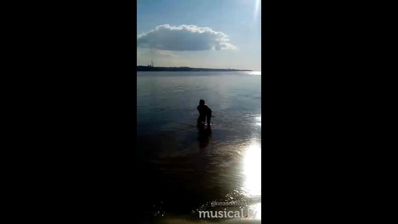 Два дня без дождей..дети рады..пляж ожил..все купаются загорают..ходили на косу(кто знает понял)..Антон с Катюней прикалываются