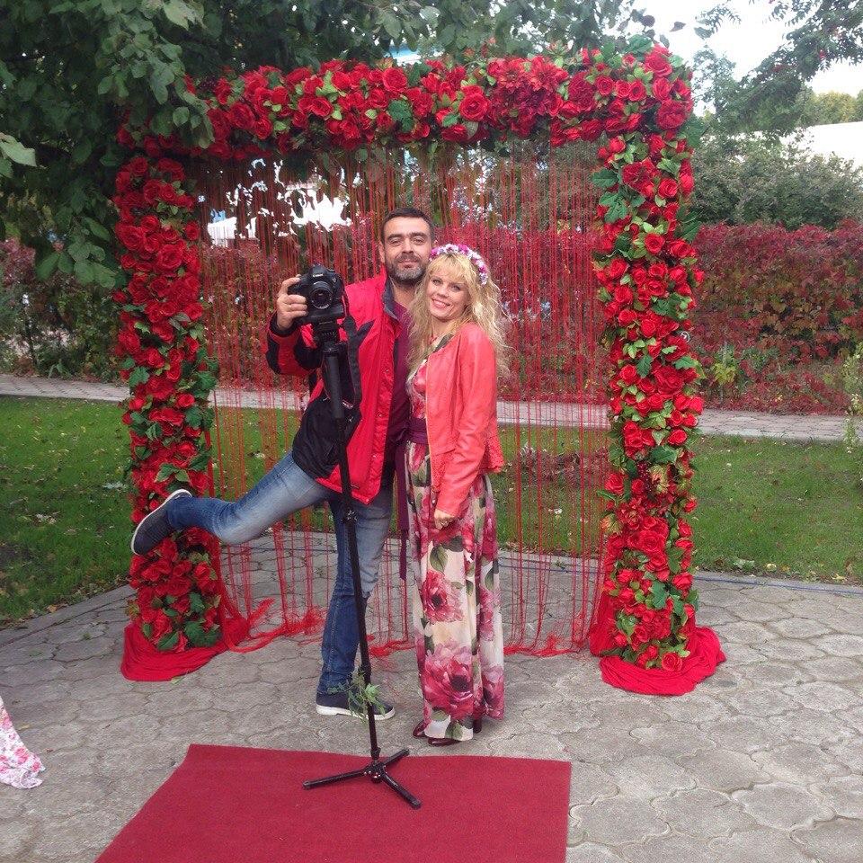 Свадебная арка с тамадой и фотографом