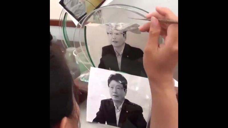 Китайские мастера в точности перерисовывают фотографии песком