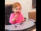 Когда детки первый раз пробуют клубнику