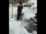 Сотрудники МЧС по Приморскому краю оказали свою помощь в очистке скверов и пеших зон от снега