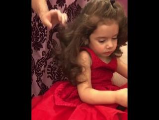 Папа делает причёску своей доченьке