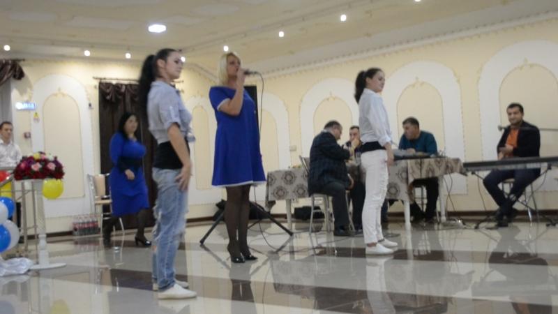 На счастье солистка Екатерина Тумаева, подтанцовка Шалеевы Анна и Ангелина