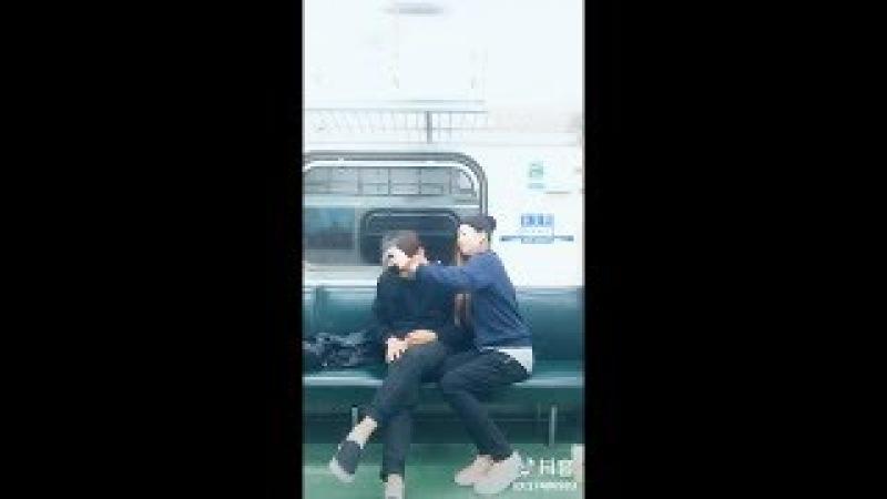地铁上看见一对情侣拍抖音,终于知道为什么我拍不好了