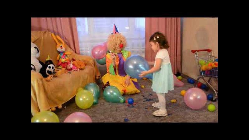 учим цвета с помощью шариков, лопаем и достаем подарки...
