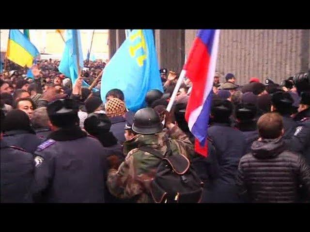 26.02.2014 В Симферополе начались столкновения крымских татар и пророссийских сил