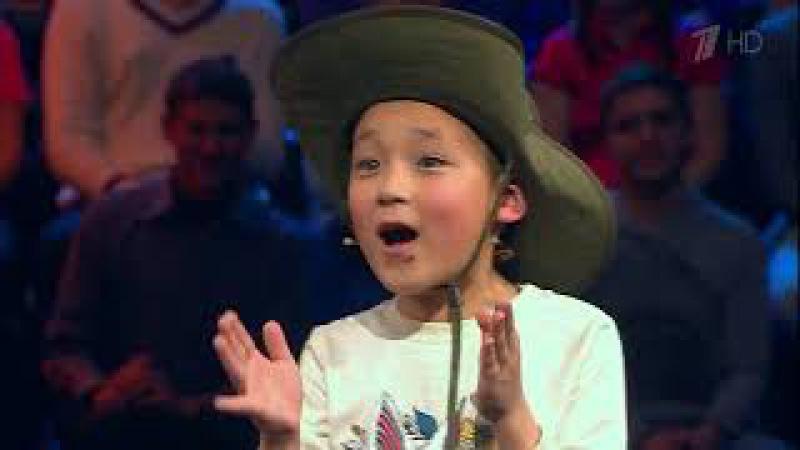 Мальчик из Каракола отправился с Максимом Галкиным в путешествие по сафари и подарил ему калпак