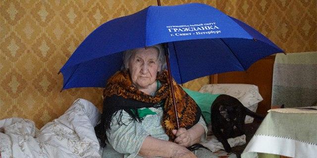 Ветерану войны в Петербурге подарили зонтик