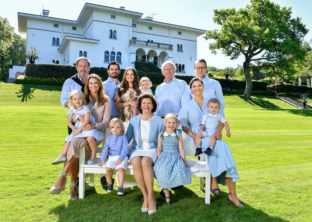 Счастливая семья на фоне дома фото