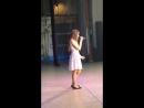 девушка поёт супер