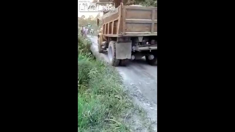 Грузовик перевернулся при обрушении дороги в Индии