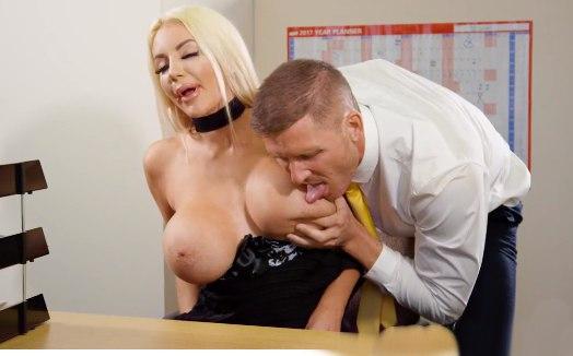 Блондинка с дойками умело трахается.