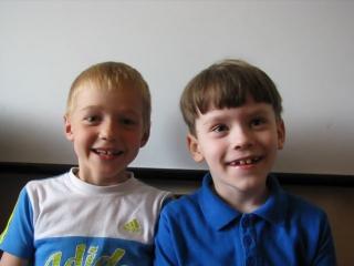 Английский язык. Группа 6 лет. Гриша и Слава поют песню на английском. Универсальный образовательный центр.