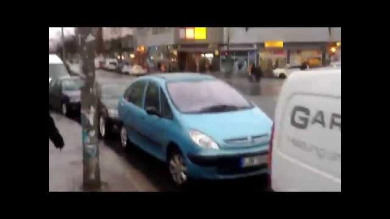 Купить машину .Германия Берлин . Продажа машин на улице над бардюрами .