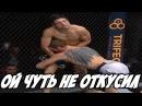 Боец ММА чуть не откусил палец сопернику!The MMA fighter nearly bit off his opponent!
