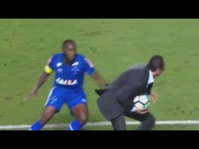Rogério Ceni dribla Manoel na lateral do campo