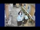 Время 7:21, на еще закрытом московском участке 684 женщина засовывает пачку бюллетеней.