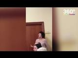 Учительница помогает своей воспитаннице спеть песню