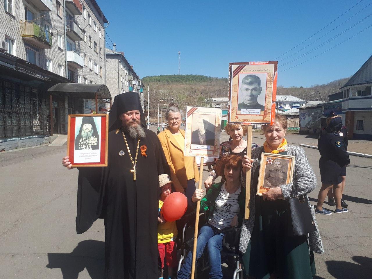 В этом году в шествии Бессмертного полка приняли участие прихожане Преображенского храма г.Облучье и настоятель иеромонах Варсонофий (Маршилов).