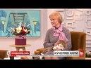 У студії власниця котів Лариса Іваненко породи селкірк рекс та її улюбленці