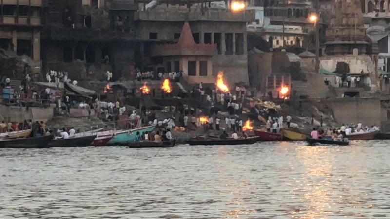 Сжигание трупов у реки Ганг