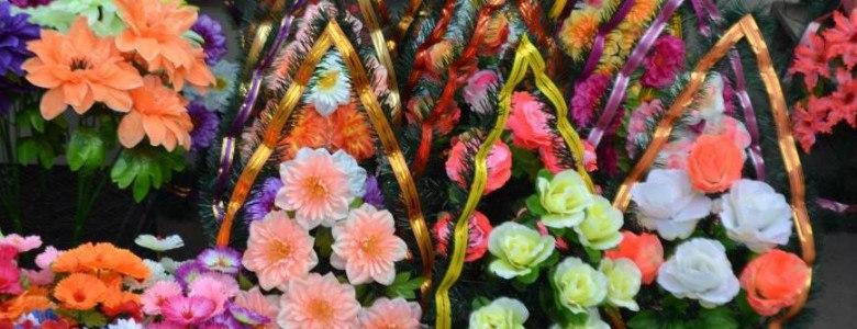 В Кривом Роге священнослужители призывают горожан не заваливать кладбища искусственными цветами