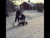 Шведская лыжница на прогулке с ребенком