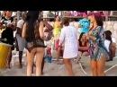 Нереально танцует на пляже!