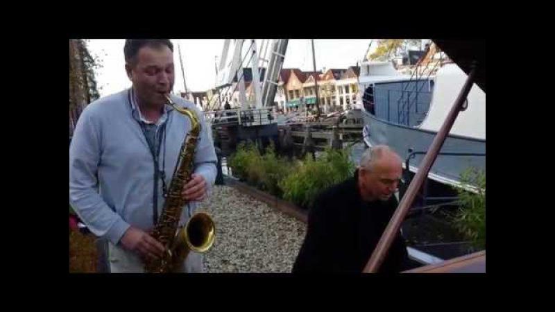 Dag 64 - De Buitenpianist van Cultuurschip Thor - Sjoerd Dijkhuizen speelt de brug open (en dicht)