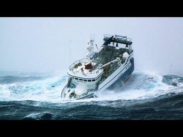 Огромные ВОЛНЫ швыряют корабли словно щепки, Большие корабли в ШТОРМ - невероятное видео!