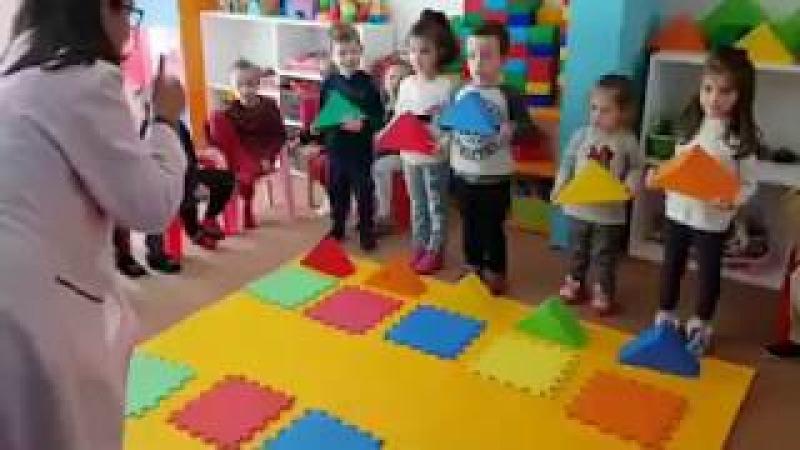 Kreş anaokulu oyunlarla ingilizce renkleri öğrenme öğretme