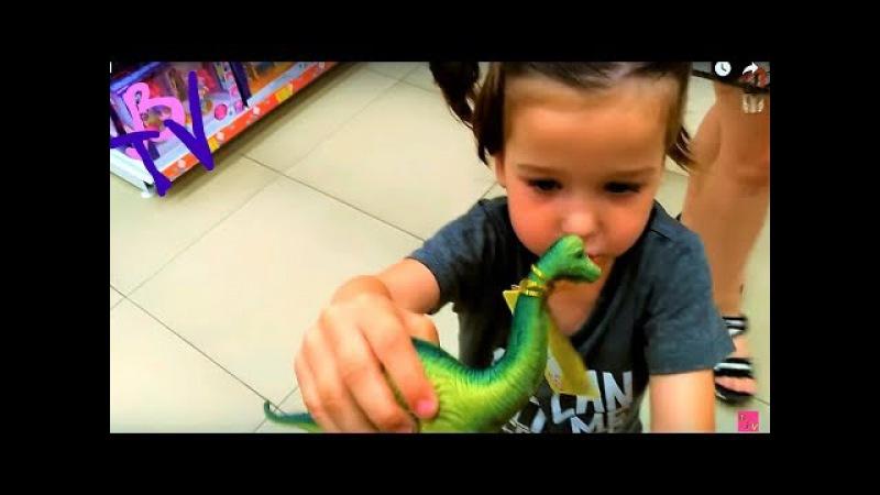 Детский ВЛОГ Варя гуляет по магазинам с игрушками ВарВарУшка упала Динозавры