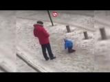 Отец жестоко пинает ребенка на прогулке