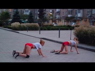 devushka-v-krasnih-shortikah-uchit-tantsevat-bukina-sveta