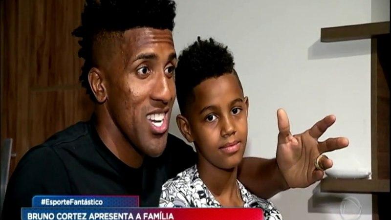Bruno Cortez abre a porta de casa e apresenta a sua família para o Esporte Fantástico