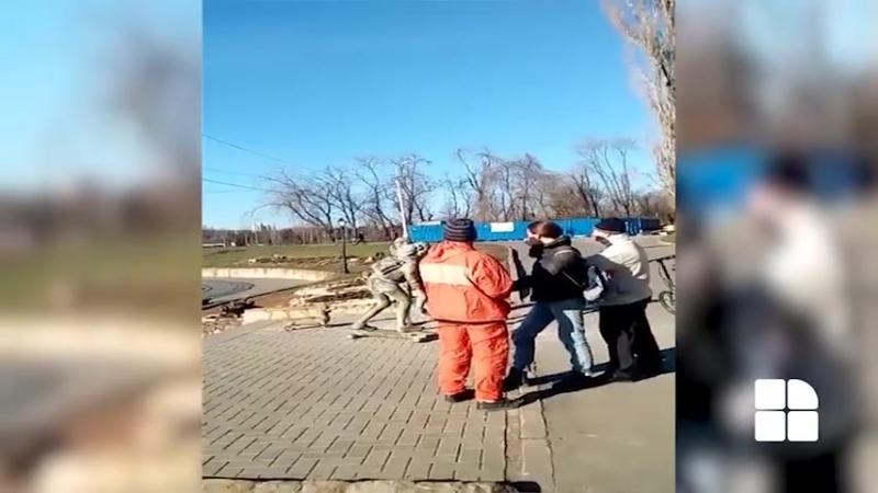 Женщина закидала булыжниками скульптуру влюблённых у комсомольского озера