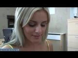 Блондинка с пышной грудью красит перед зеркалом свои рабочие пухлые губы