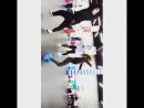 Прикольно танцует девочка котороя посередине