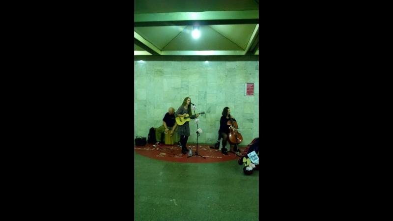 Обними Кита — крутая группа, которую я услышал в метро и сразу в них влюбился