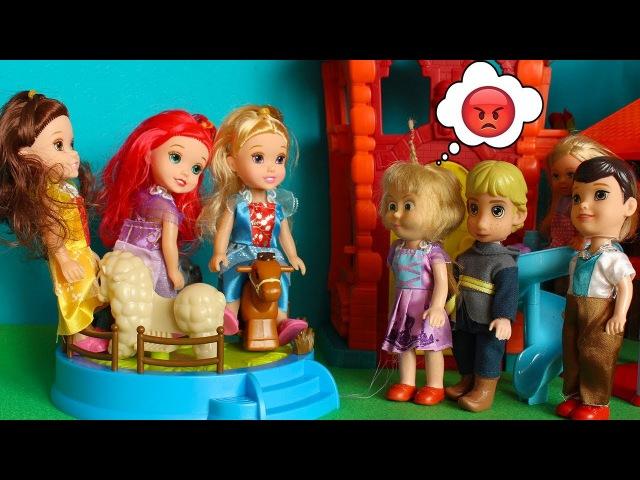ВРЕДНЫЕ ДЕВОЧКИ не пускают Машу на новую карусель. Мама Барби, Маша и медведь