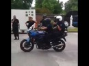 Policiais mostram como trocar de lugar sobre uma moto em movimento