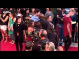 Arrival on the red carpet (Zoey Deutch and Sarah Hyland)